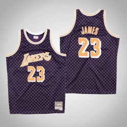 Herren Mitchell & Ness LeBron James Lakers & 23 Schachbrett Lila Swingman Jersey